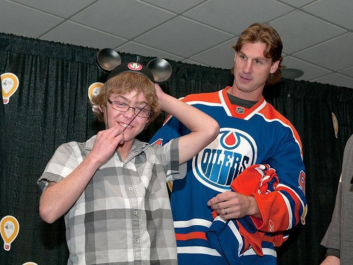 Ryan Smyth crowning the new Stollery Champion Child - September 22, 2011