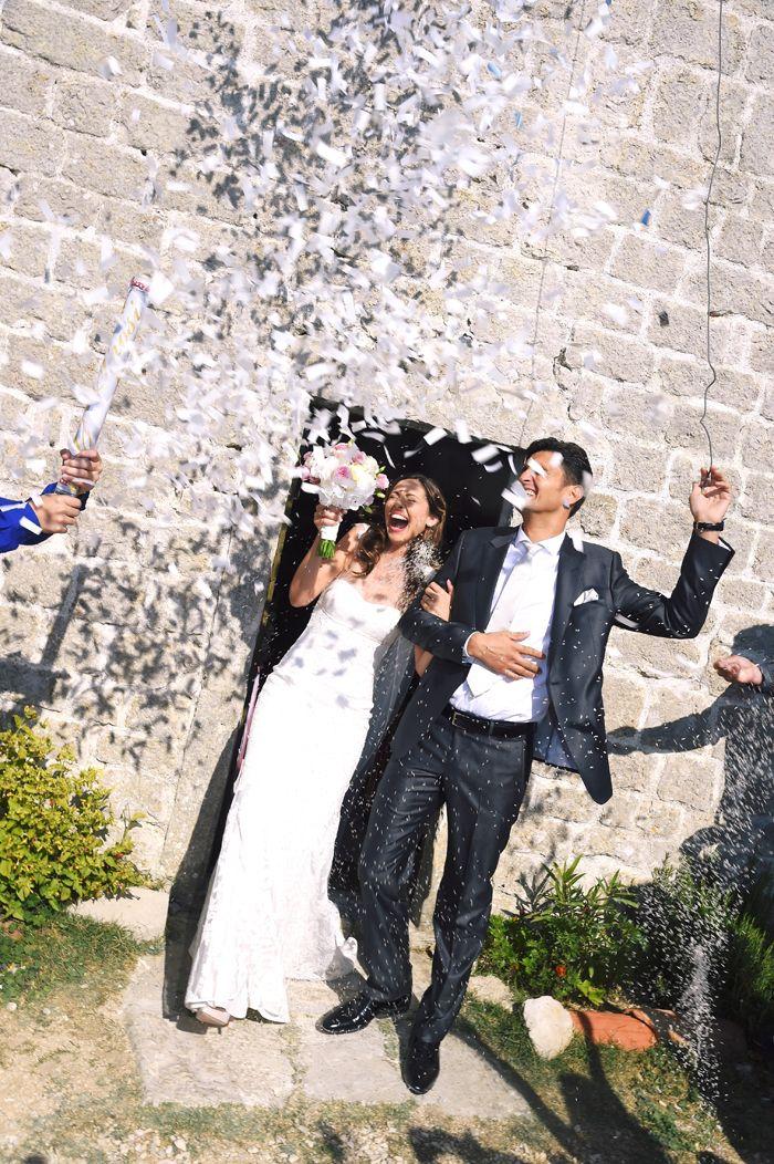 4 il-lancio-dei-coriandoli-agli-sposi http://www.couturehayez.com/blog/maria-francesca-e-andrea-le-nozze-nella-romantica-isola-di-lubience-in-croazia/