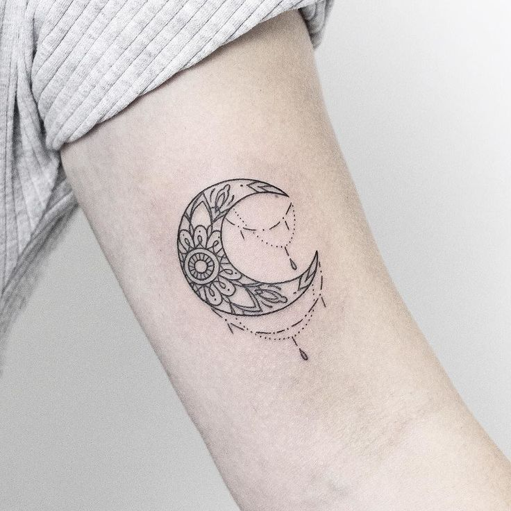 Little moon from the walk-in day yesterday at @vadersdye Thanks to everyone that came! Have a great Sunday  ______________________ #rachainsworth #linetattoo #minimaltattoo #moontattoo #ornamentaltattoo @rghtstuff @inkstinctofficial @equilattera @tattooarmada @blacktattooing