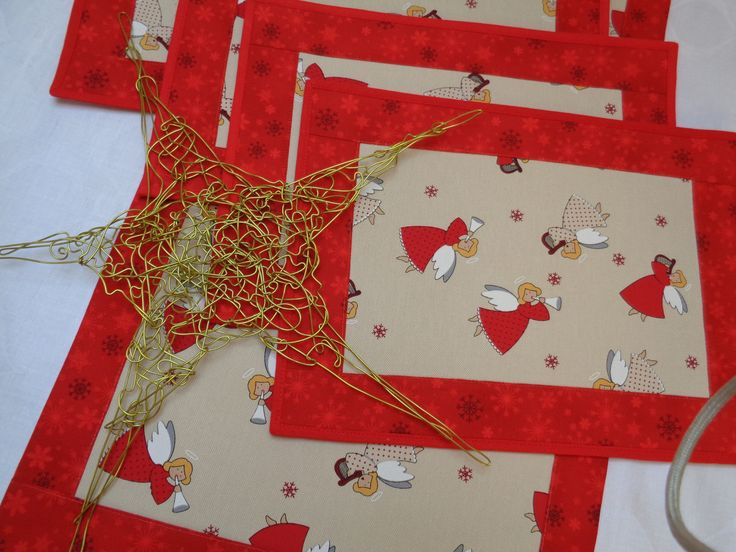 Andělské tóny Vánoční souprava zahrnuje běhoun na střed jídelního stolu nebo na konferenční stolek a 4 kusy prostírání. MATERIÁL len,bavlna,výztuha prostírání 25 x 34 cm-skládá se ze dvou vrstev,prošité a vyztužené,lemování červené ubrus 89 x 36 cm,zadní strana bílý damašek praní do 40°C látky jsou předem vysrážené hlavní látka - režný vzhled