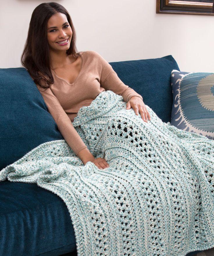 Die üppige Decke ist ganz schnell gehäkelt. Da du das Garn zweifädig verwendest, bist du in der Hälfte der Zeit fertig. Verwende, wie wir, zwei unterschiedliche Farben oder zwei Fäden derselben Farbe...