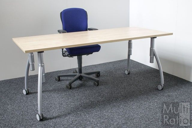 VERKOCHT - Deze verrijdbare bureautafel van Gispen heeft een in hoogte instelbaar onderstel. De bureaus zijn voorzien van een geheel nieuw blad, verkrijgbaar in meerdere kleuren.
