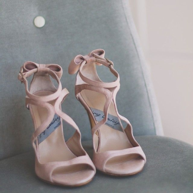 #shoes #custommade #pink #suede #madetoorder #womenshoes #weddingshoes #moda #boda #zapatos #novia #piel #ante #rosa #lazos #heels #highheels @larranagaonline comprar/buy: www.jorgelarranaga.com/es/home/199-327.html