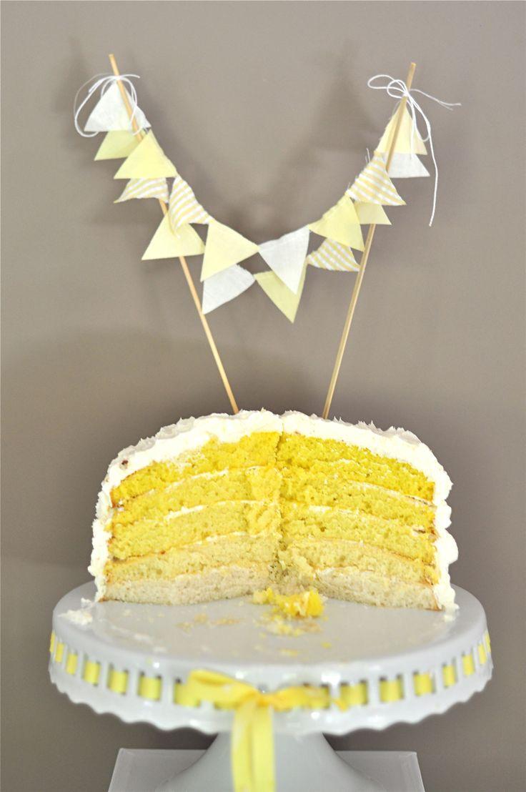 Cake topper guirlande de fanions jaunes. Plus d'idées sur http://www.veuxtumebloguer.fr/gateau-de-mariage/