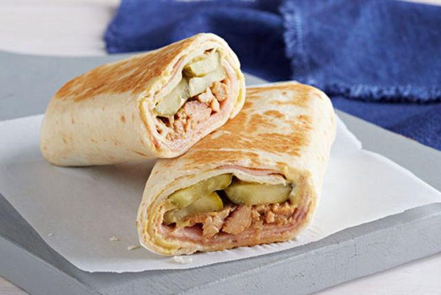 Un burrito à la mode cubaine grâce au jambon au miel, au porc cuit haché et à un mini cornichon à l'aneth cacher croquant.