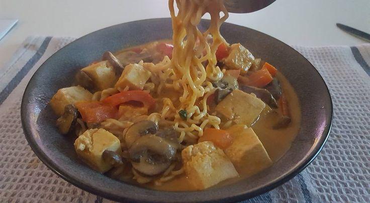 Pas de recette, juste des ingrédients : tofu ferme en cube + gingembre + ail + piment + champignons + curry + paprika + lait de coco + bouillon + sauce soja + pâte d'arachide + jus de citron  + sirop d'agave + ramen + coriandre + cacahuètes