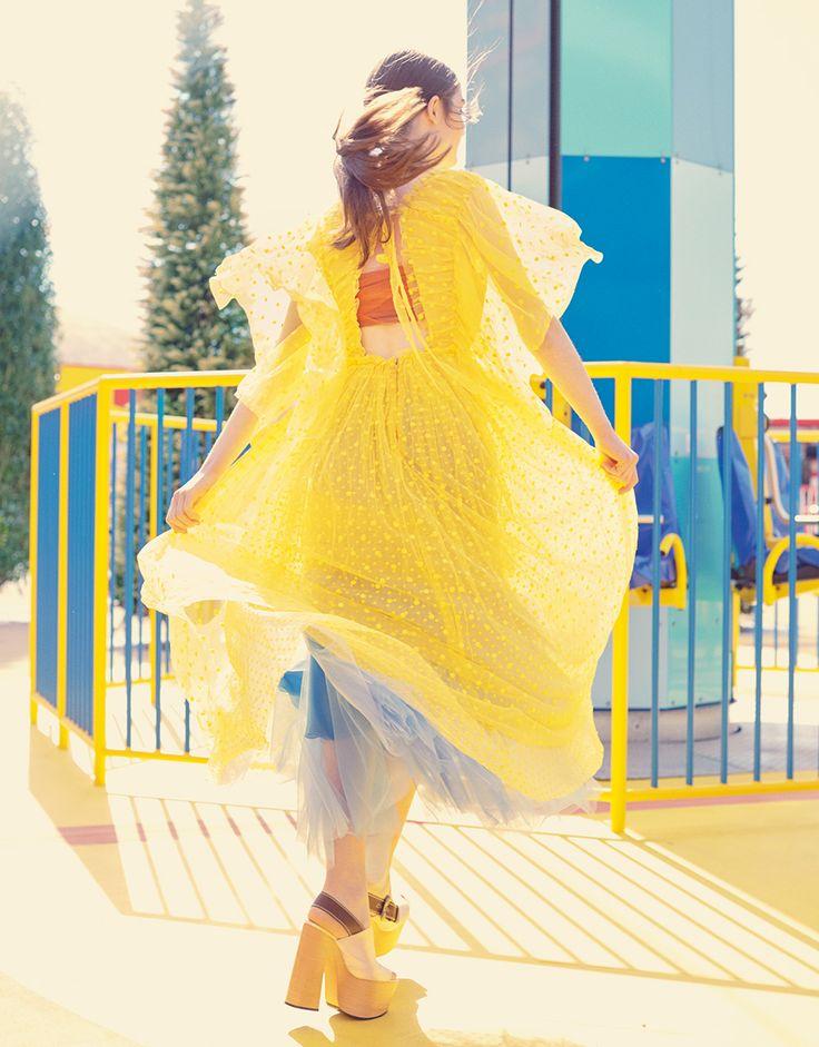 【SPUR】ロシャスのチュールドレスで作る、黄×青のレイヤリング   レゴランド®で「ラ・ラ・モード」!