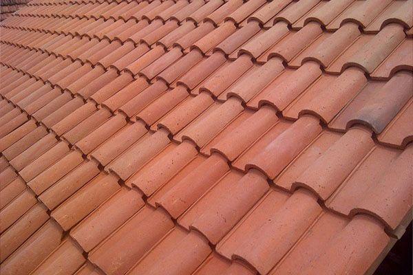 Material yang digunakan untuk membuat atap ini telah sejak dulu banyak dipakai di setiap rumah. Genteng yang dibuat dengan tanah liat yang dipres setelah itu dibakar. Langkah pemasangannya tidak jauh berbeda dengan genteng biasanya. Dengan pengawasan serta pemasangan yang benar maka genteng ini dapat benar-benar kuat dari hembusan angin ataupun hujan yang lebat. Umumnya genteng ini di gunakan dengan kemiringan yang berlainan sesuai dengan desain yang diinginkan.