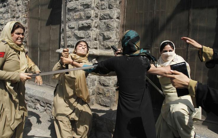Scontri tra studenti di medicina del Kashmir e polizia indiana a Srinagar. (Mukhtar Khan, Ap/Lapresse)