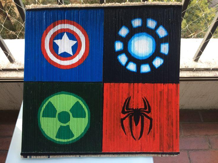 Logos capitán América, iron man, hule, Spiderman sobre el ma base de tubos de papel periódico reciclado