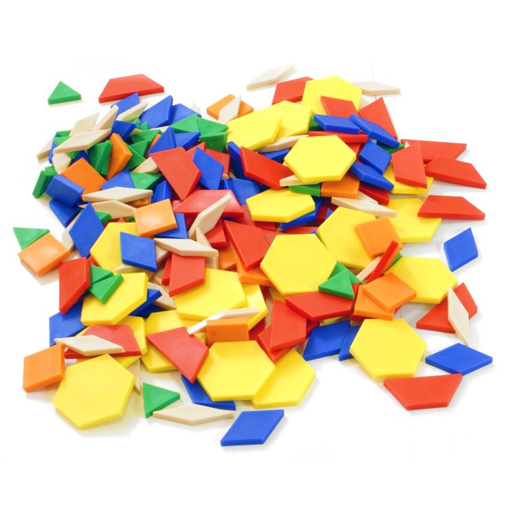 Trabajando la geometría en educación infantil con materiales manipulativos como los bloques geométricos y la maleta de formas geométricas magnéticas.