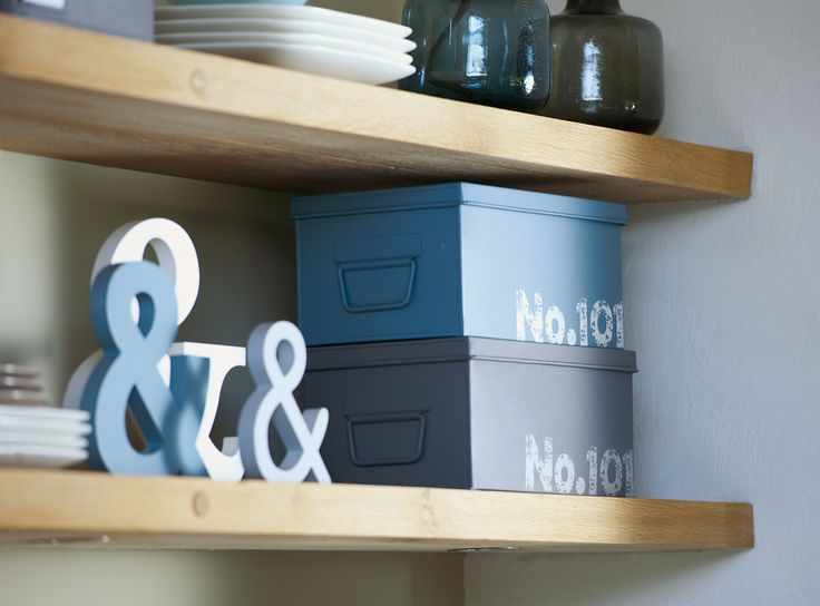Boxen 101: deze handige afsluitbare opbergdozen zijn ook ideaal voor in de keuken. Tip: plaats ze op houten planken voor een stoer resultaat! #101woonideeen #leenbakker