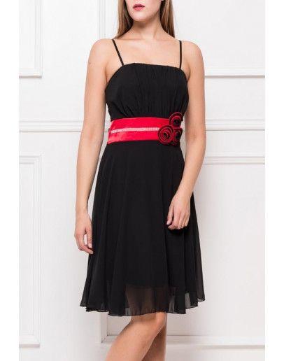 Vestido negro con cinto rojo