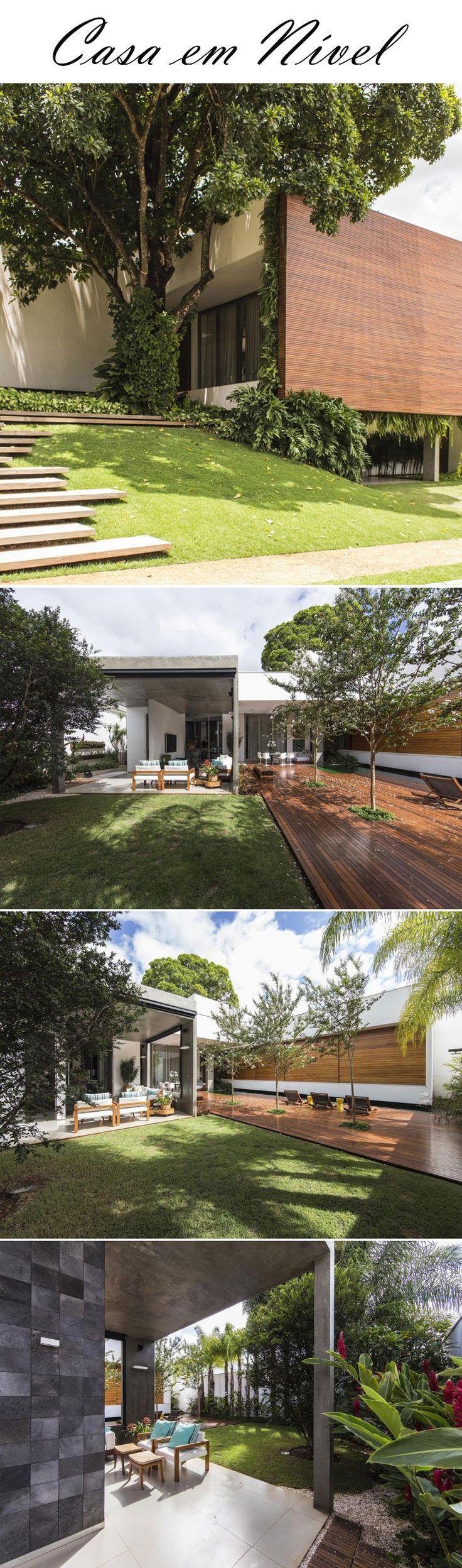 A casa projetada pelos arquitetos Felipe Bueno e Alexandre Buenos, foi construída em um terreno com um nível, com uma diferença de altura de quase 4 metros. A casa ficou com volumes.