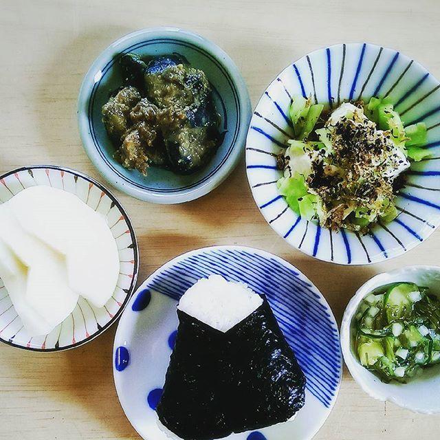 2016/11/08 06:57:14 akiyama_h 11.8*朝ごはん *おにぎり(梅干し) *わさび昆布 *キャベツ&胡瓜おかか和え *ナスのゴマ味噌炒め *梨 . おはようございます。 今朝は超サムですね。東京6℃だって。 ってことはこの辺は…。 考えるだけで_| ̄|○ il||li . 朝はこれに温かいお味噌汁も飲んだから、ぽかぽか☀ おチビ達は寒くて眠くて、明け方に大分ぐずってました。 うーん。やっぱり今年はファンヒーター買おうかな。 あとは床暖のマット。あ、キャットタワーも…。 年末感はゼロだけど、出費が嵩むな。 #おうちごはん#朝食#朝ごはん#morning#Breakfast#ダイエット#デトックス#デトックススープ#低糖質#健康#ヘルシー#減塩#野菜たっぷり#マクロビ#おにぎり#おばんざい#和食#日本料理#Japanesefood#手作り#手料理#料理写真#KAUMO#Instacooking#Instafood#Instagood  #健康