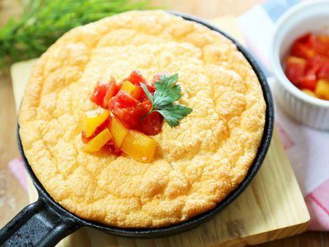 卵白を泡立てスフレのように焼き上げたオムレツは、ふわふわのやさしい食感。焼き上がるとすぐにしぼみ始めるので、焼きたてアツアツを楽しみましょ…