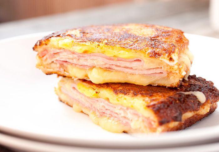 見た目はスペシャル感があるけれど、じつは冷蔵庫にあるもので作れて、とっても生活感のあるモンティクリスト。なんだか親しみがわいてきますね。いつもバタバタと忙しい朝食だから、たまには優雅な気分の朝食を。前の日にサンドイッチの状態まで作っておけば、朝は卵液につけて焼くだけです!