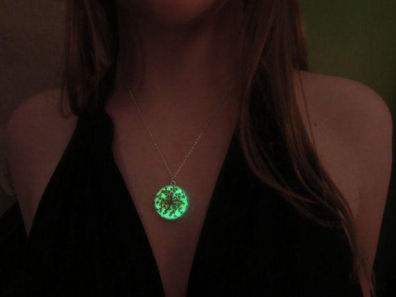 Eine sehr schöne Halskette, die leuchtet in der Nacht. Dieser Silberschmuck leuchtet mit eine schöne grüne Farbe. Der Anhänger ist mit natürlichen Blüten gebildet, die Sie eine Sommer-Stimmung bringen kann. Diese Art von Schmuck kann auf Sie und die um Sie herum einen unglaublichen Eindruck hinterlassen.  Die Halskette braucht Exposition unter Licht oder Sonne zu glühen. Sie haben kostenlos die Halskette von hielt sie ein paar Minuten, bevor Sie es im Dunkeln tragen unter dem Licht. Sie…