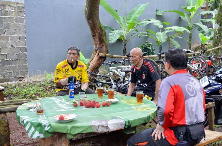 Tempat favorit para penggemar sepeda Mtb di jalur pipa gas, warung serba ada di tanjakan sumur . post by http://eben3d.blogspot.com
