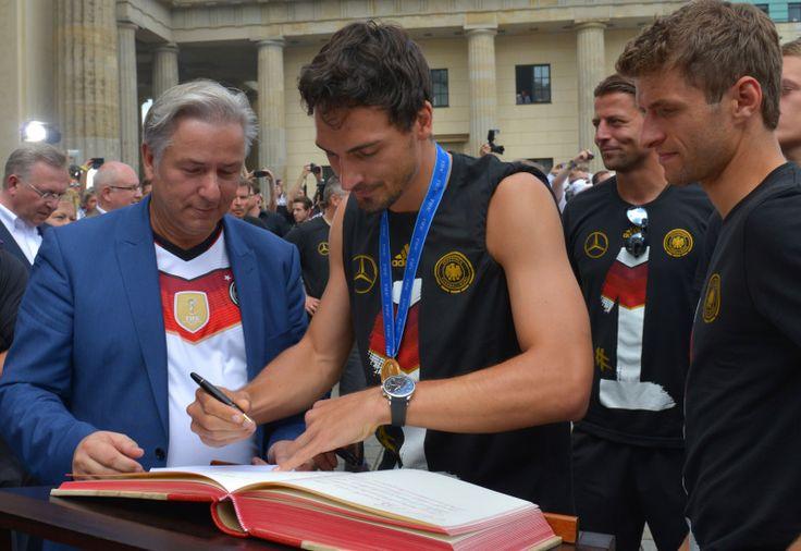 Matts Hummels Fanmeile: Wowereit beglückwünschte DFB-Elf zum Weltmeistertitel - Berlin.de 15.07.14