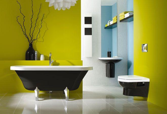 Яркие и стильный краски для ванной комнаты, в сочетании с современной черной ванной на ножках, черного подвесного унитаза и черной подвесной раковины. #черная_раковина #черная_ванна #черный_унитаз #подвесная_раковина #подвесной_унитаз #встроенный_унитаз #современная_ванная_комната #дизайн_ванной