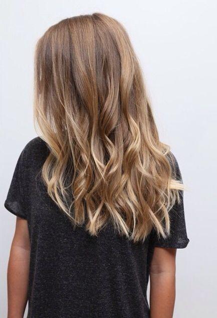 balayage blond, miel blond, blond foncé, cheveux ondulés, vagues de la plage  …
