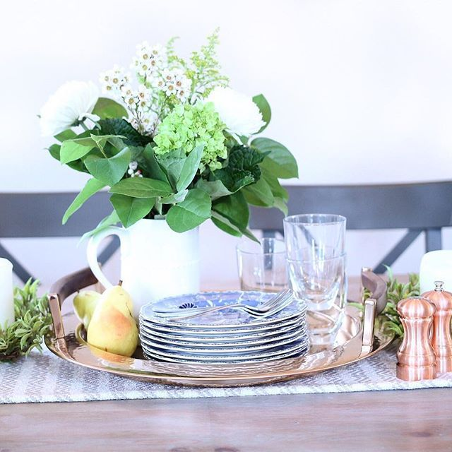 Dinning room, place setting. Fresh flowers, pears, autumn tablescape, classic blue and white dishes.