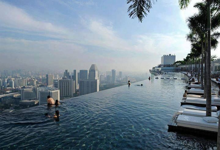 Dan malam pun tiba. Membayar kelelahan di hari kedua dengan berendam di Infinity pool - Marina Bay Sands Skypark. Saya tidak bisa berenang, tapi suka sekali berendam di kolam renang, apalagi kolam renang yang menawan ini. Berada di ketinggian sambil memandangi setiap jengkal Singapura. Oh ya nanti kita juga dinner romantis di sini. Aaaarrrh, tidak sabar rasanya #SGTravelBuddy