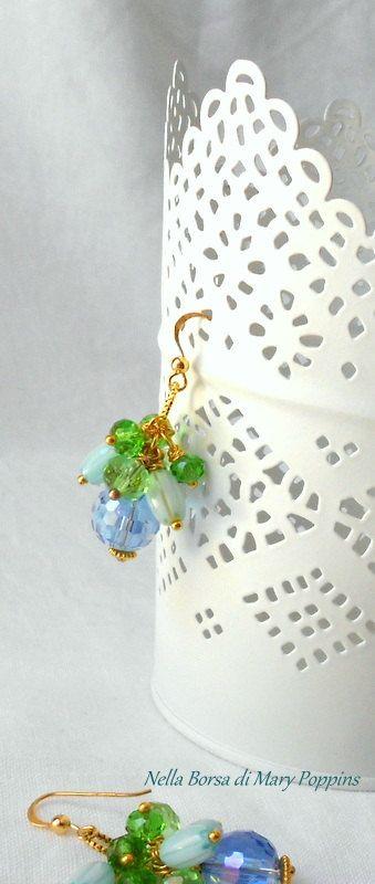 Orecchini a grappolo con perle in vetro e cristallo, orecchini damigelle, orecchini da sera, orecchini azzurri, orecchini per feste di NellaBorsadiMaryPopp su Etsy