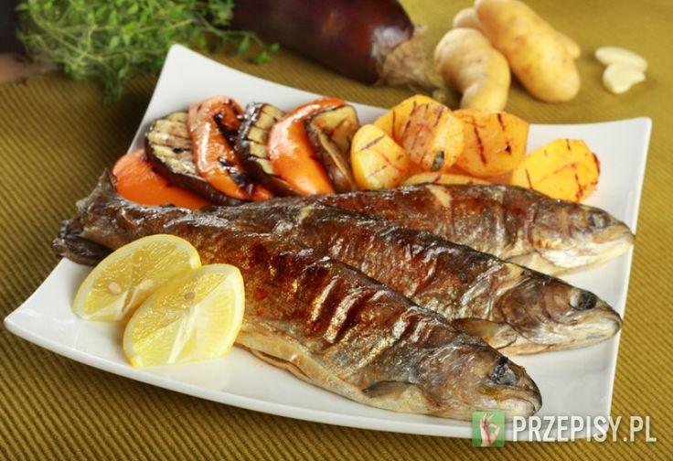 Umyj ryby i oczyść je z łusek.  Posiekaj czosnek i umieść go wewnątrz ryb, wraz z ziołami. Z wierzchu posyp je pokruszoną Przyprawą w  mini kostkach Knorr.  Ryby połóż na folii aluminiowej, a następnie skrop sokiem z cytryny i kilkoma kroplami oliwy z oliwek.  Zawiń je bardzo dokładnie i odstaw do lodówki na co najmniej godzinę.  Następnie piecz na grillu przez około 40 minut, obracając co jakiś czas. Gotowe pstrągi podawaj na pieczonych ziemniakach, z warzywami. Umyj ryby i oczyść ...