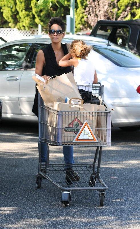 Halle Berry and daughter Nahla shopping in Beverly Hills, CA (October 15). / Halle Berry y su hija Nahla de compras en Beverly Hills, CA (15 de octubre).