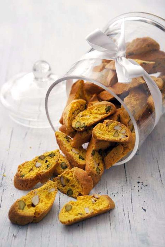 Ett knaprigt tilltugg med saffran och nötter till glöggen eller kaffet.