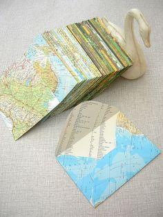 Enveloppen maken van oude atlas of andere boeken, papier gerij