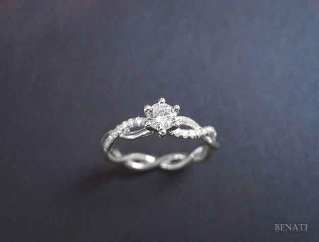Wow! Je ne suis pas fan des anneaux tressés mais celle-ci est très belle. Et des pierres sur juste une des deux bandes, wow! --- Benati Diamond Ring With Braided Band, $1,390+