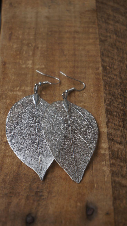 Oorbellen met mooie zilveren hangers van een blad door Monkssieraden op Etsy