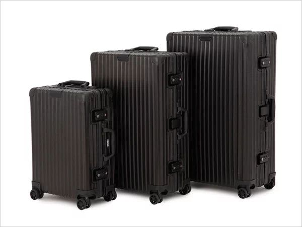 直線的なフォルムでスーツケース本来の趣を感じられるクラシックフライト。4輪のマルチホイールを搭載し、機動性も向上しました。こちらはハンドルとTSAロックの仕様を変更し、外観をすべてブラックで仕上げた別注モデル。内装は、お馴染みの飛行機柄を使用しています。3サイズのご用意です。  価格 ・33L:¥129,600(税込) ・63L:¥145,800(税込) ・89L:¥156,600(税込)