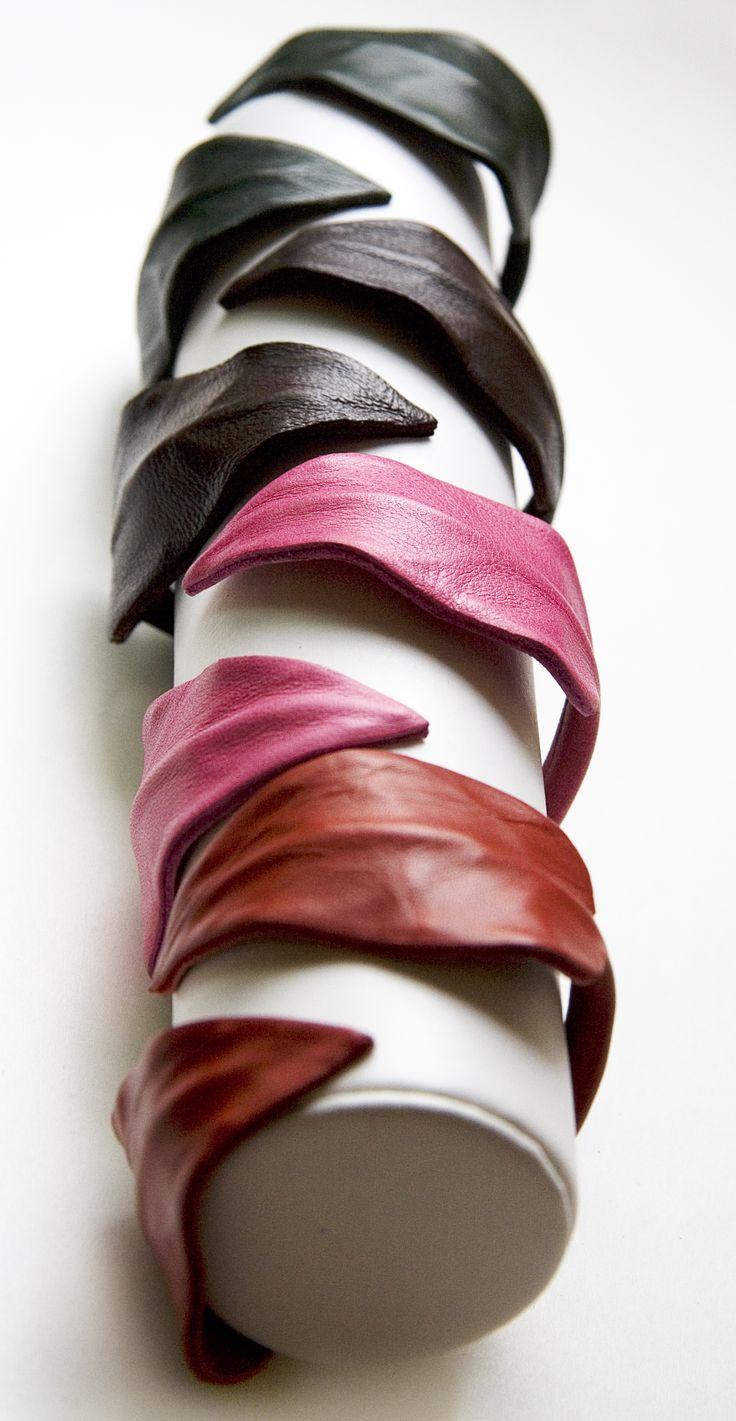 Pulseras de hojas realizadas a mano con piel de ternera.