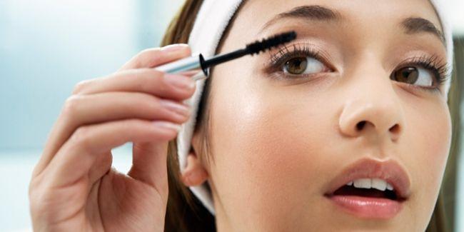 Vemale.com - Salah satu produk makeup yang paling sering dipakai oleh wanita adalah maskara. Mata jadi tampak lebih hidup bila maskara dipulaskan.