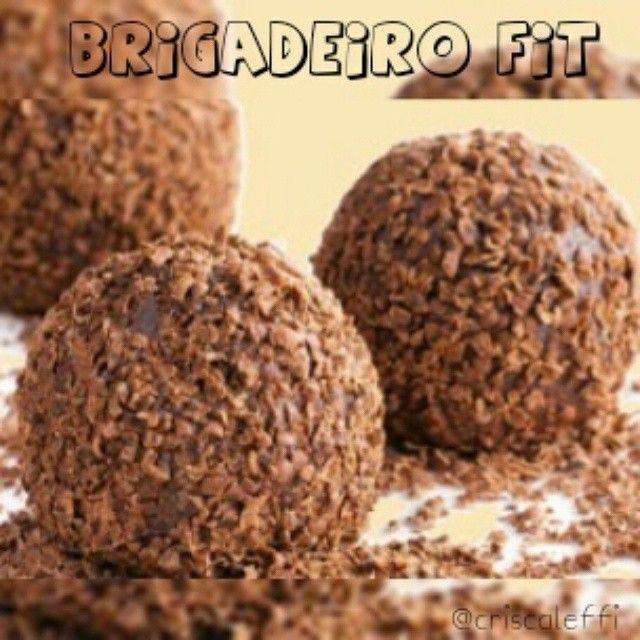 Receita............................................................... ✔100g de batata doce cozida (de preferência a roxa que é mais doce); ✔30g de whey protein de chocolate (se não tiver pode substituir por mais 1 colher.sopa de cacau em pó ou pasta de amendoim); ✔1 colher.sopa de óleo de côco; ✔1 colher.sopa de cacau em pó; ✔Adoçante à gosto; ✔Essência de avelã ou baunilha; ✔Leite em pó até dar o ponto para enrolar (1 colher.chá aproximadamente). 〰〰〰〰〰〰〰〰〰〰〰〰〰〰〰〰〰〰〰〰 Cozinhe a batata doce…