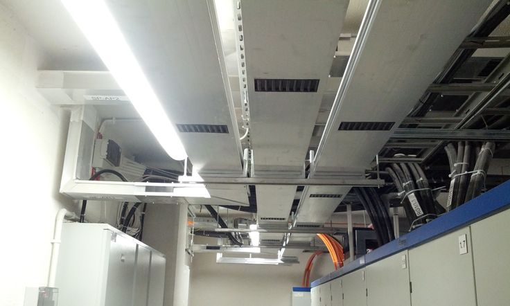 GDA busbar with 3 lines in parallel going up in a vertical riser to feed a business center in Poland. Light and easy to install thanks to aluminum housing.