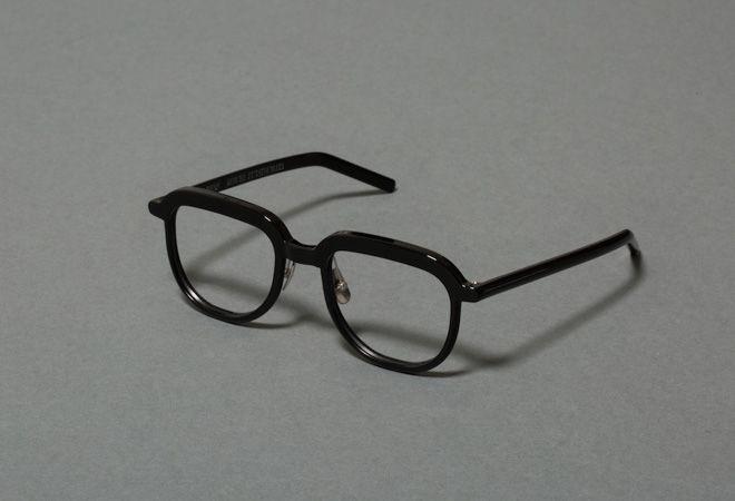 荒岡眼鏡が創業77周年を記念し、空間・プロダクトデザイナーの二俣公一がデザインを手掛けたオリジナルアイウエア「エルダー_アラオカガンキョウ(Elder_ARAOKAGANKYO)」を発売する。ピアノブラック、ブラウンササ、カーキブラウン、ブラウンハバナの4色展開で、価格はスタンダードタイプが3万7,000円、サングラスタイプが3万9,000円(いずれも税別)。父の日の6月18日から、荒岡眼鏡が運営するアイウエア専門店「ブリンク ベース」と「ブリンク外苑前」で販売される。