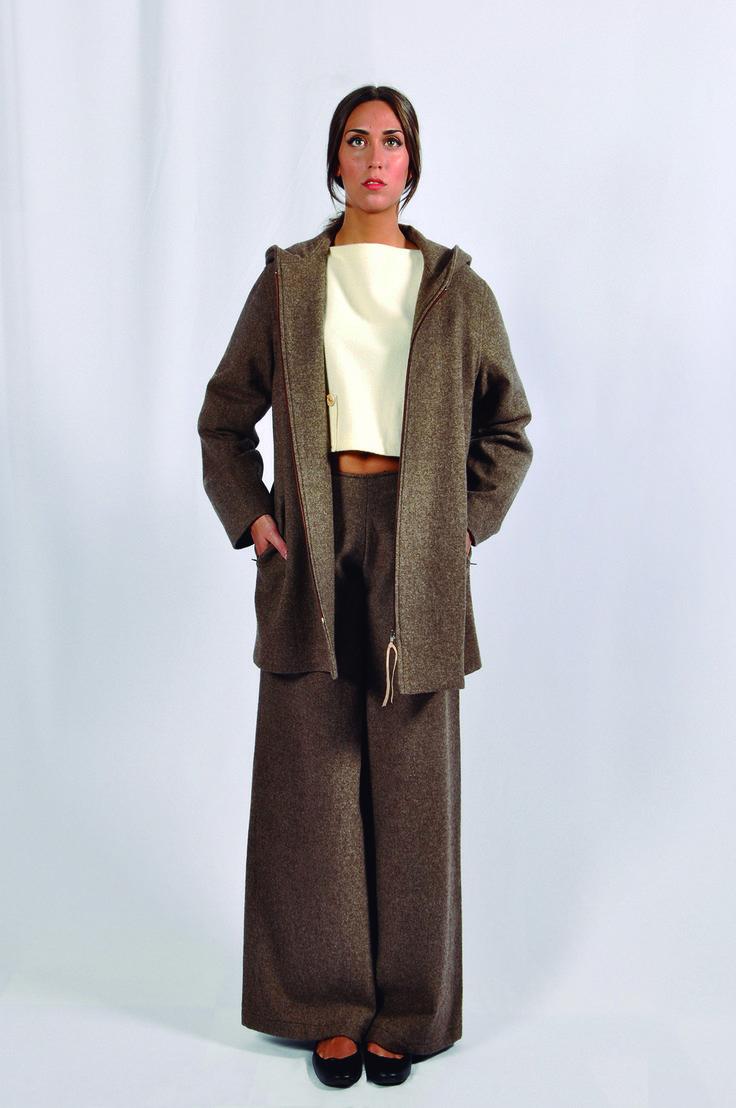 Conjunto en lana, pantalón ancho y abrigo con capucha.
