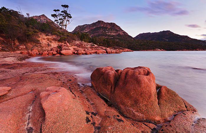 Separada de la Australia continental por el estrecho de Bass, Tasmania es famosa por su terreno escarpado y sus indómitos bosques. En la costa este de la isla, a pocas horas de Hobart, el Parque nacional de Freycinet es la joya de la corona con sus formaciones rocosas de color salmón, las playas de arena blanca y sus bosques de árbol de té.  Lea más en http://www.momondo.es/inspiracion/10-mejores-parajes-naturales-de-australia-vacaciones-en-la-selva/#7X2UUsX3Voxyw8Gj.99