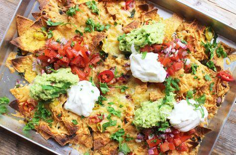 Eigenlijk kun je met nacho's alle kanten op, maar met dit recept kan het niet fout gaan! Verwarm je oven voor op 225 graden. Verdeel de nacho's over een ovenbestendige schaal of bakplaat. Verdeel hier derode en groene peper over, de rode ui en kaas. Meng voorzichtig met je handen en bak in 8-10 minuten …