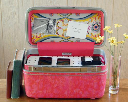vintage suitcase charge station... How cute is that!: Training Cases, Vintage Suitcases, Old Suitcases, Vintage Makeup, Vintage Travel, Vintage Luggage, Diy Projects, Suitca Charging, Charging Stations