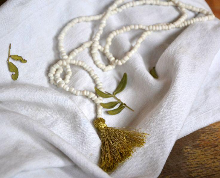 sautoir  perles verres opaques blanches pompon fait main Fil gold longueur 44 cm pompon 5cm