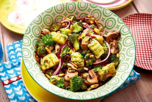 Unser beliebtes Rezept für Kräutergnocchi mit Brokkoli-Pilz-Gemüse und mehr als 55.000 weitere kostenlose Rezepte auf LECKER.de.