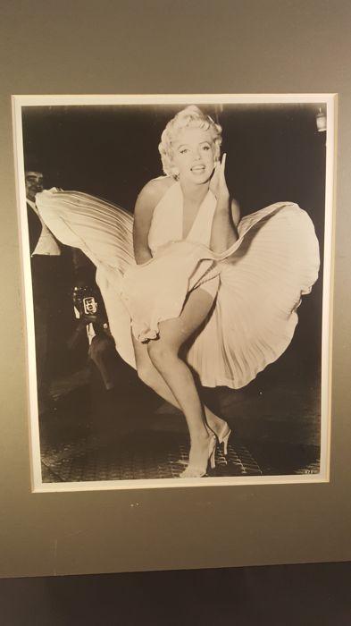 """Marilyn Monroe  Marilyn Monroe glanzende foto door Sam Shaw  """"Zeven jaar Inch"""" stad rooster scène!Afmetingen: 8 x 10 inchOp de achterkant van de foto is geschreven persoonlijk gesigneerd 4 you mijn liefde Marylin.15 september is het de verjaardag van de dag Marilyn Monroe schoot de beroemde """"Seven Year Itch"""" scène die had haar het dragen van een iconische witte jurk en permanent over een rooster van de metro van New York City. De late actrice blijkt lachen als haar jurk is opgeblazen door de…"""