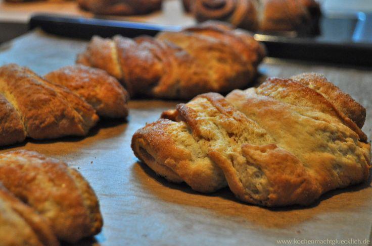 """Kein Schultag ohne Franzbrötchen! So war es zu meiner Schulzeit. Direkt aus der zimtduftigen Brötchentüte. Meist war das gute Stück schon auf dem Weg vom Bäcker zur Schule weggefuttert. Franzbrötchen sind eine der süüssesten, klebrigsten und herrlichsten Erinnerungen an meine Schulzeit! Für die """"ich back's mir – Runde von Tastesheriff Clara gibt es heute meine Variante mit gesalzener Butter #ichbacksmir #frühstück #breakfast"""