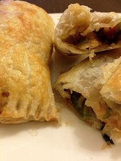 Simpele bladerdeeg loempia's met een vulling van kip en groentes. Tijd: 10 min. + 20 min. in de oven Benodigdheden: 150 gram kipfilet 250 gram Chinese groentemix 6-8 bladerdeegvelletjes 2 eetlepels ketjap 1-2 theelepel kipkruiden 1 ei Bereidingswijze: Begin met het voorverwarmen van de oven op 200 graden. Kruid daarna de kipstukjes met de kipkruiden. …